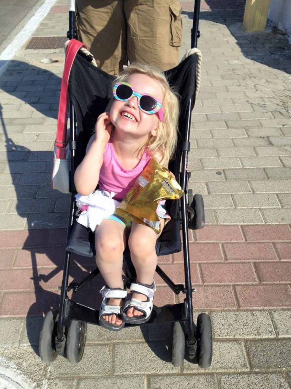 Emilie hilser: Her kommer en sommerhilsen til alle jeg kjenner! Klem fra Emilie. Foto: Christine Holten (Foto: )