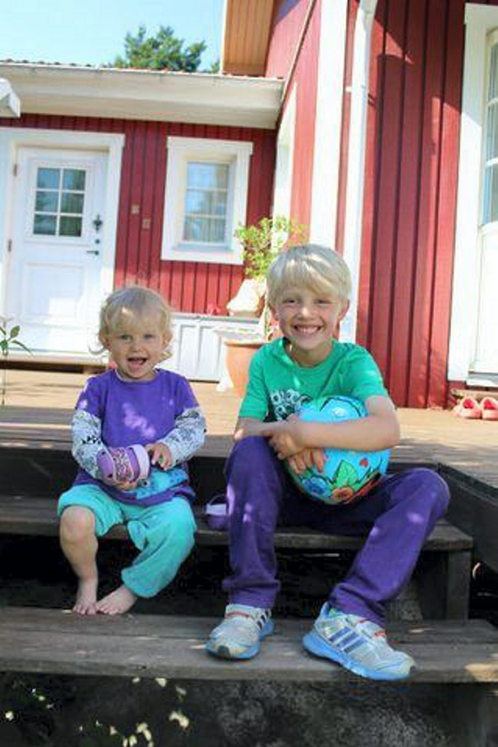 Lukas og Linnea Holmemo Hallberg koser seg på trammen en tidlig morgen! Hilsen Mormor. Foto: Sissel Holmemo. (Foto: )