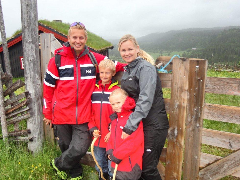Sommer på setra: Familien Holter Tronskar fra Jessheim trosset regnværet og gikk på seterbesøk innpå Frøysesetra, Skeikampen. FOTO: Mormor Berit Holter (Foto: )