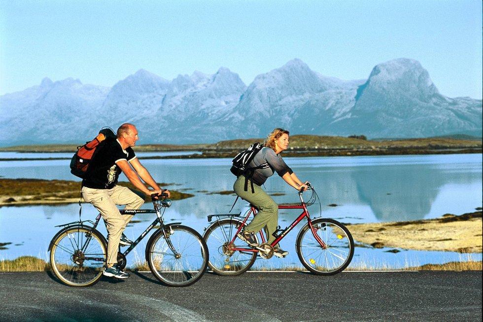 Øyhopping med sykkel langs Helgelandskysten har blitt populært blant turister.