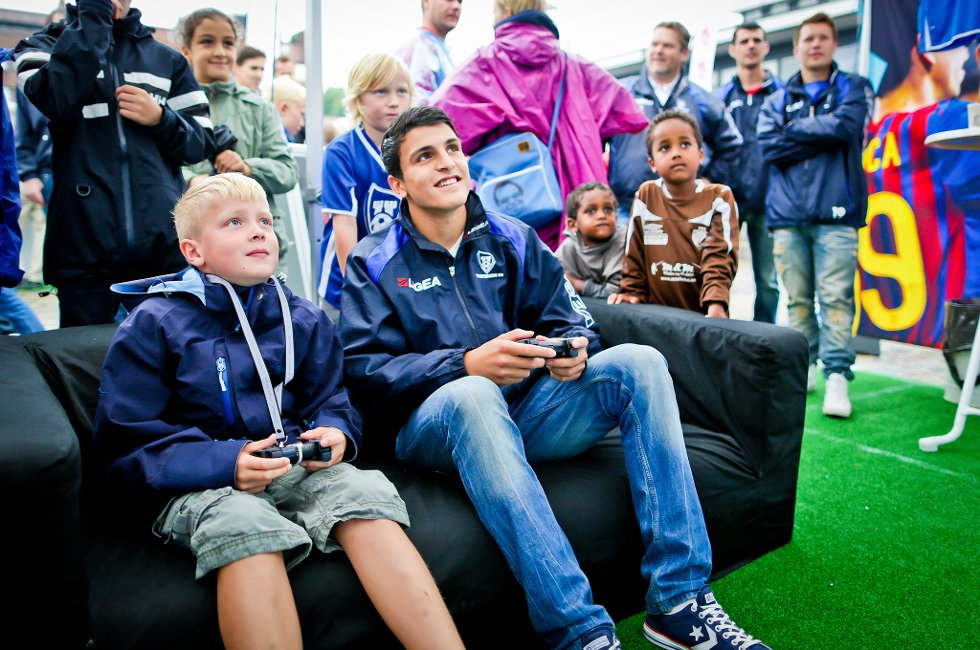 Mohamed Elyounoussi prøvde seg på FIFA-spill med Sander.