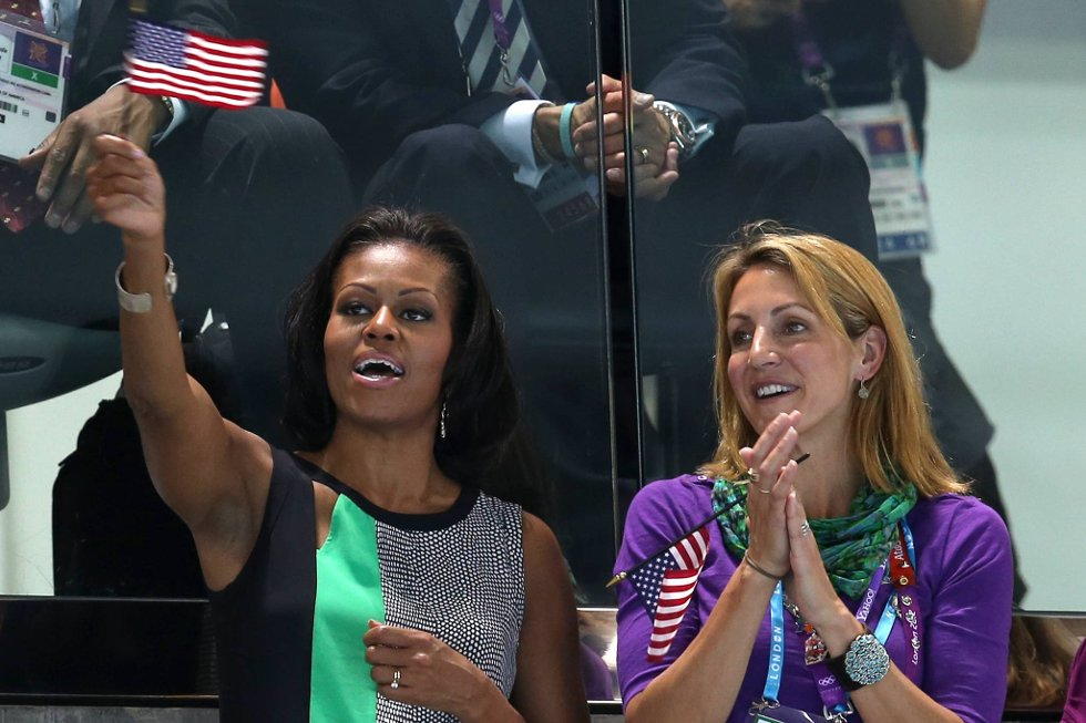 Førstedamen er på plass, Michelle Obama. Her sammen med Summer Sanders. (Foto: Clive Rose, Getty Images/All Over Press/ANB)