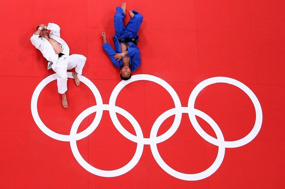 Ikke greit å si hvem som egentlig vant av polske Pawel Zagrodnik og japanske Masashi Ebinuma i judo -66 kilo. (Foto: Ian Walton, Getty Images/All Over Press/ANB)