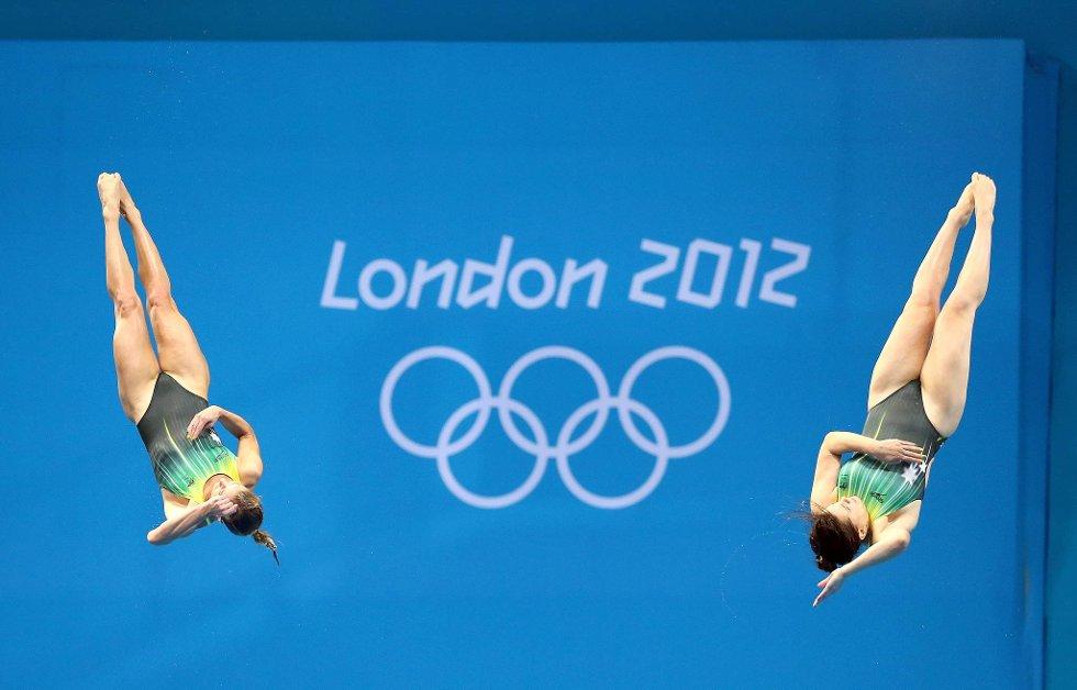 Sharleen Stratton og Anabelle Smith fra Australia omkranser OL-ringene. (Foto: Al Bello, Getty Images/All Over Press/ANB)