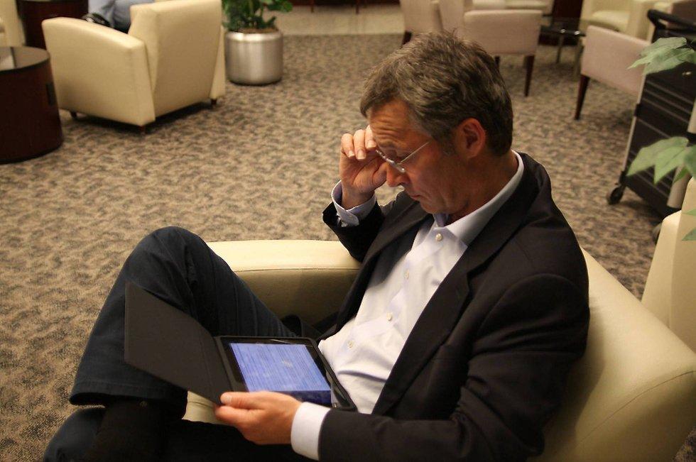 Jens Stoltenberg med sin iPad.