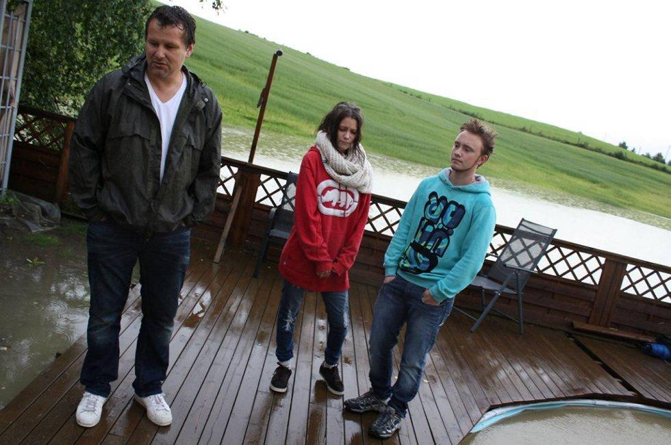 Torfinn Grønlund, datteren Rikke og hennes kjæreste Kristian Hofseth begynner å gå lei av de stadige oversvømmelsene.