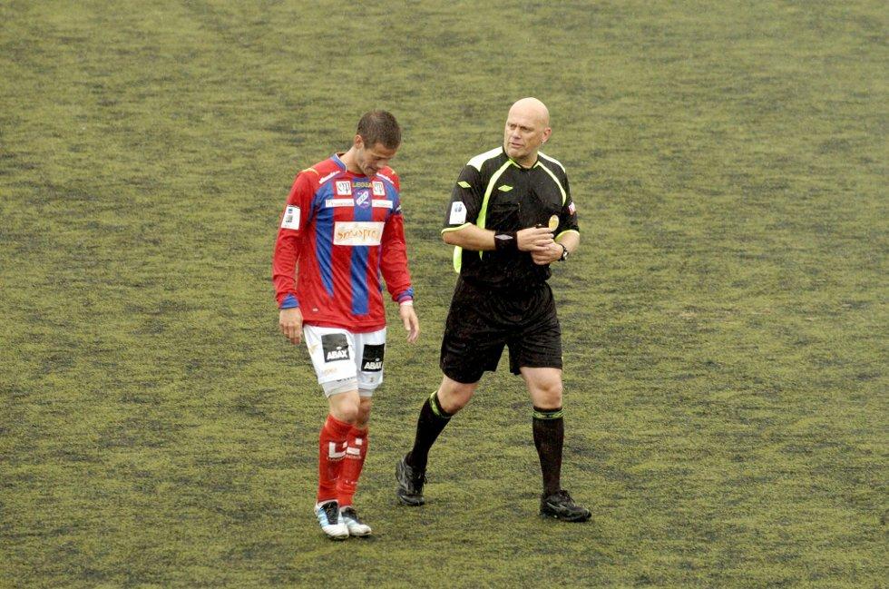 God kontroll: Selv om han var noe inkonsekvent i utdelingen av kort, hadde den tidligere toppdommeren Tom Henning Øvrebø god kontroll på oppgjøret i helgen. Her i samtale med Arne Sagaas.