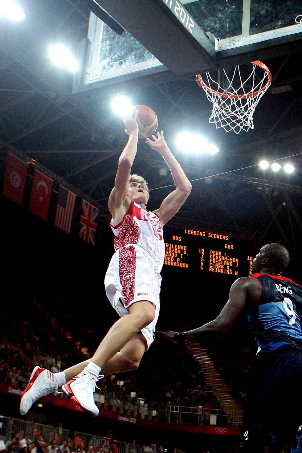 Hvite menn kan også dunke. Andrei Kirilenko dunker inn et par russiske poeng. (Foto: Christian Petersen, Getty Images/All Over Press/ANB)