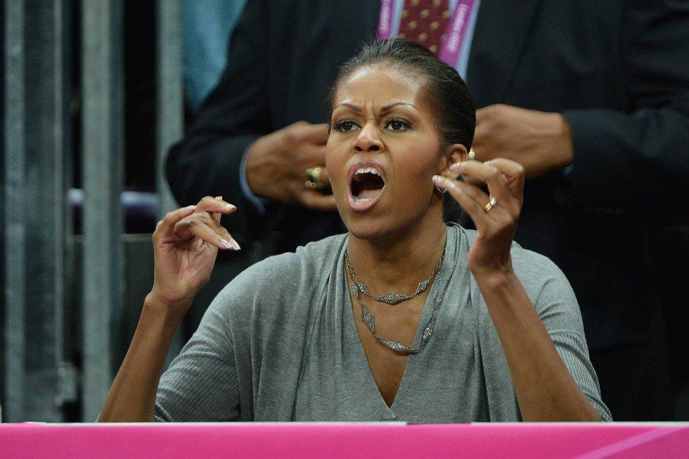 Førstedame Michelle Obama heier patriotisk fram The Dream Team i basket. Etter kampen vanket det klem på hele gjengen fra den generøse presidentfruen. (Foto: Pascal Le Segretain, Getty Images/All Over Press/ANB)