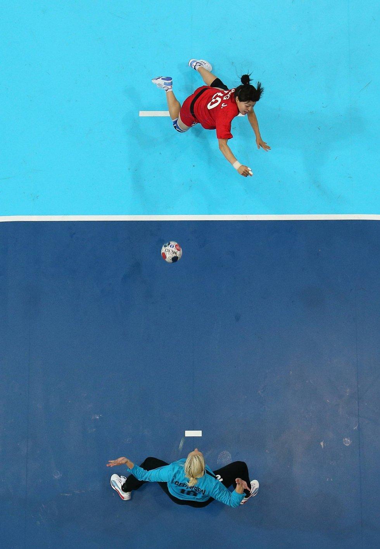 Koreanske Jihae Jung dryler ballen mot den danske keeperen Christina Pedersen. (Foto: Richard Heathcote, Getty Images/All Over Press/ANB)
