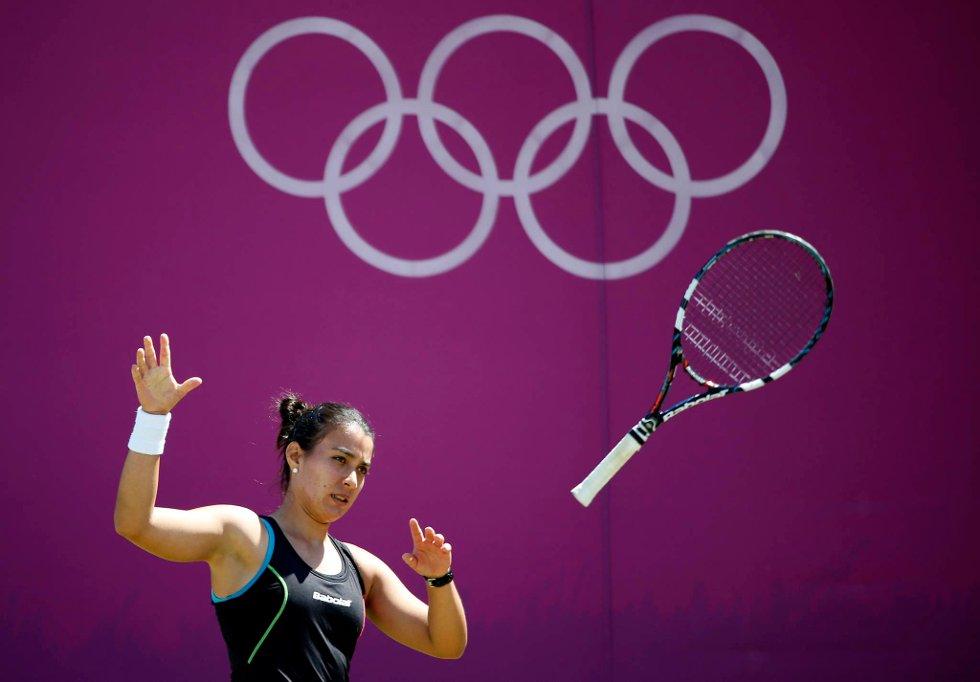 En sint Veronica Cepede Royg fra Paraguay kaster racketen. (Foto: Jamie Squire, Getty Images/All Over Press/ANB)