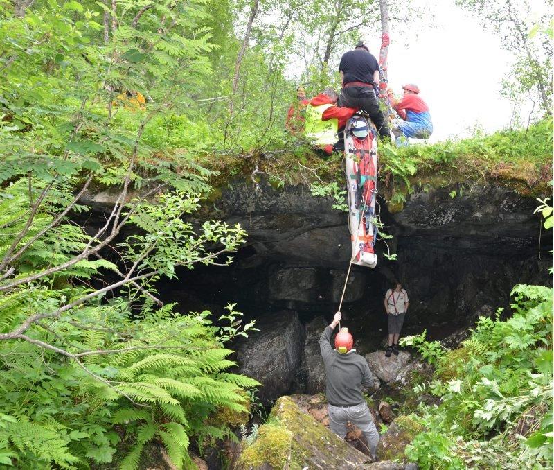 Heising. Det foregikk med stor forsiktighet da Lina Lindén skulle heises og fires foran åpningen til grotta Bjørndalshola.