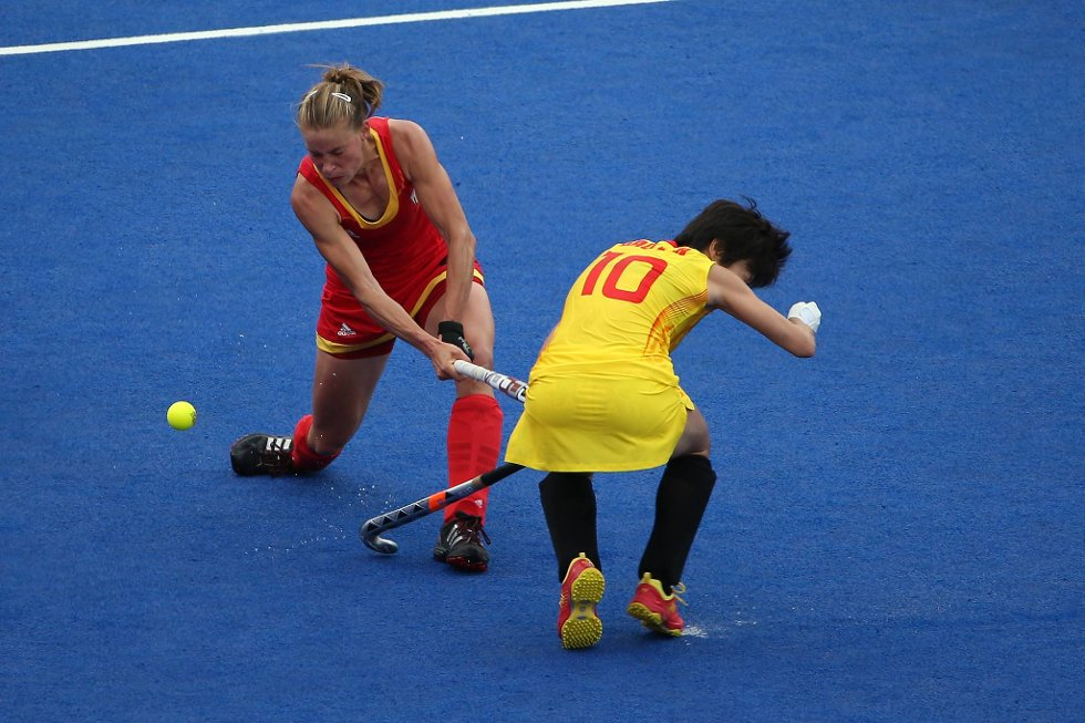Anne-Sophie Van Regemortel fra Belgia treffer kinesiske Lihua Gao under en landhockeykamp. (Foto: Daniel Berehulak, Getty Images/All Over Press/ANB)