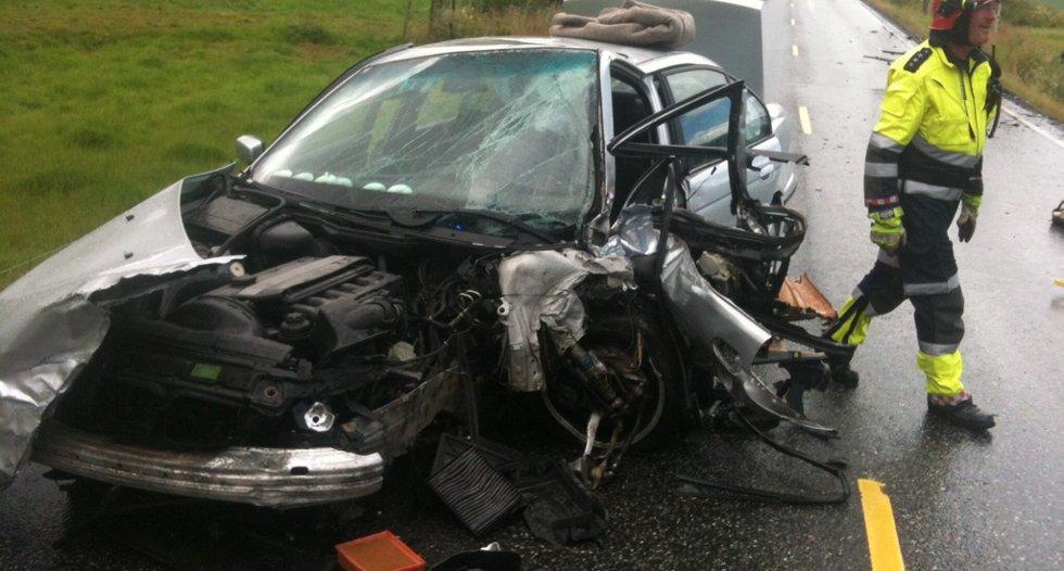 Kvinnen i den ene bilen måtte skjæres løs av brannvesenet fordi hun satt fastklemt etter ulykken.