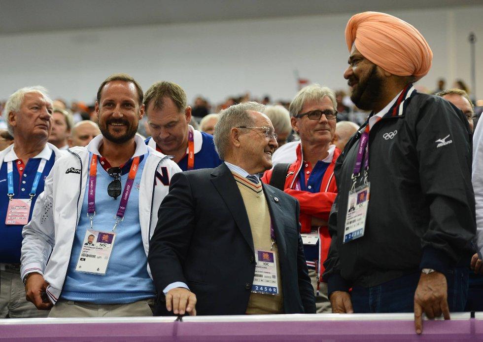 Kronprins Haakon følger med på det meste. Her sammen med det meksikanske IOC-medlemmet Vazquez Rana og Raninder Singh, president i det indiske skytterforbundet. (Foto: Lars Baron, Getty Images/All Over Press/ANB)