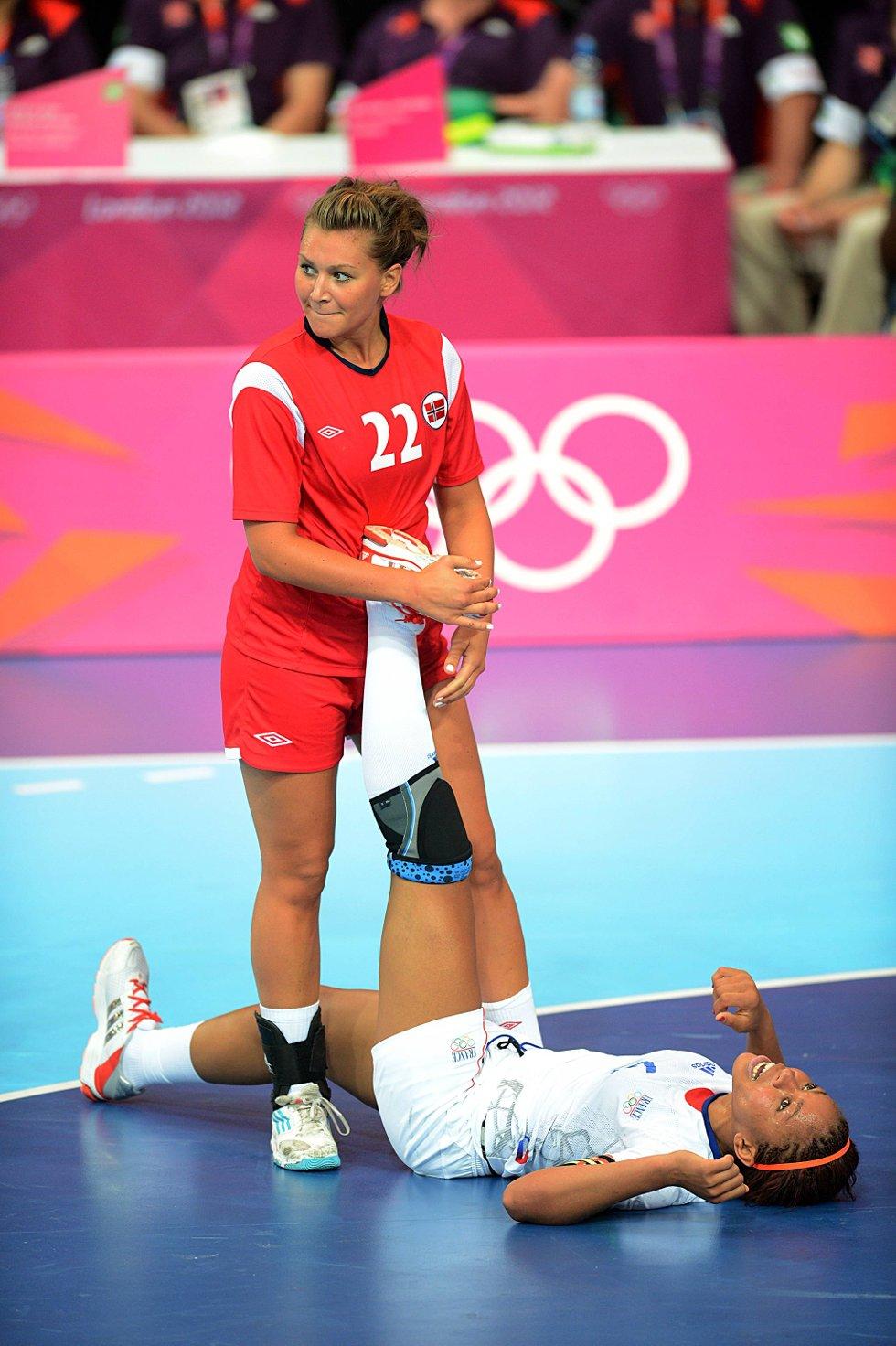 Amanda Kurtovic med fair play når hun tøyer ut en fransk motspiller som vrir seg i krampe. (Foto: Vidar Ruud, ANB)
