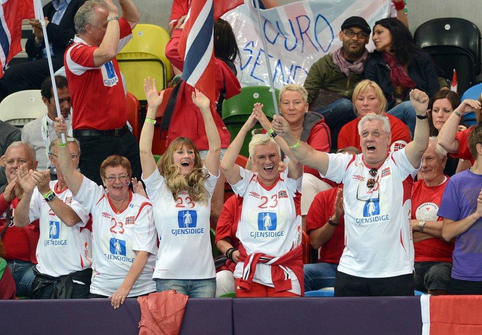 Familien fra Stavanger jubler hemningsløst hver gang Camilla Herrem scorer mål. (Foto: Vidar Ruud, ANB)