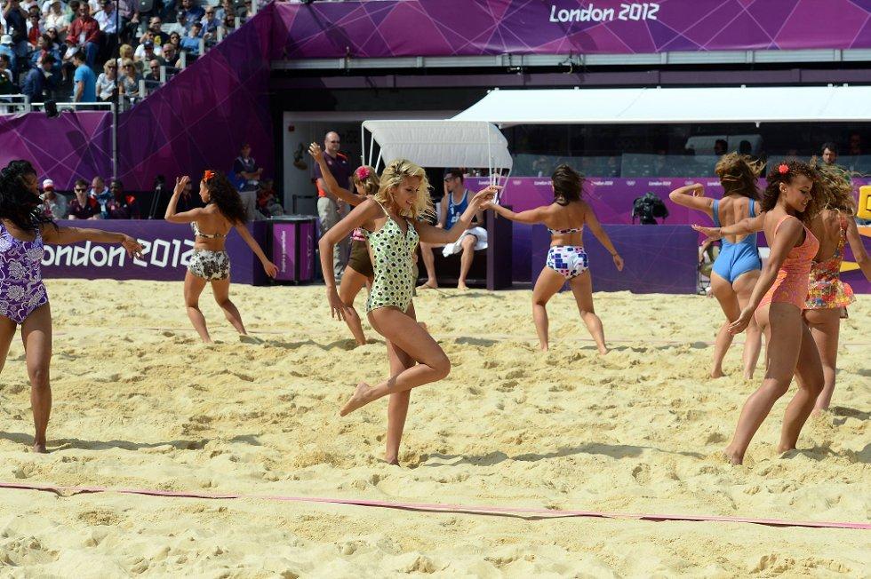 Det er høy bikinifaktor under pausene på  sandvolleyballkampene i OL. (Foto: Vidar Ruud, ANB)