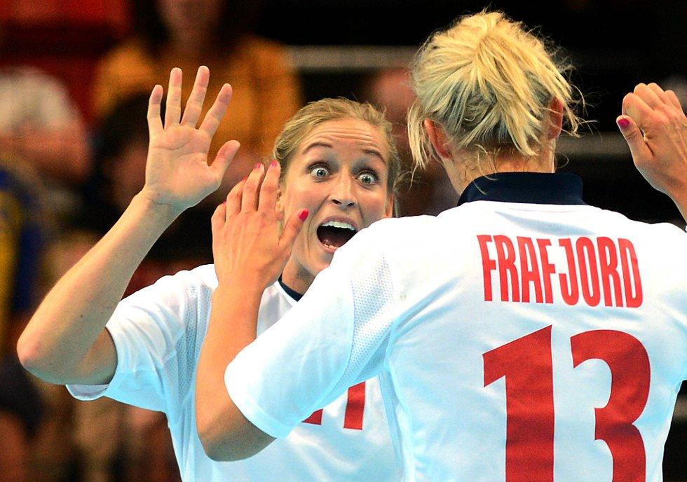 Gøril Snorroeggen feirer sammen med Marit Malm Frafjord under kampen mot Sverige. (Foto: Vidar Ruud, ANB)