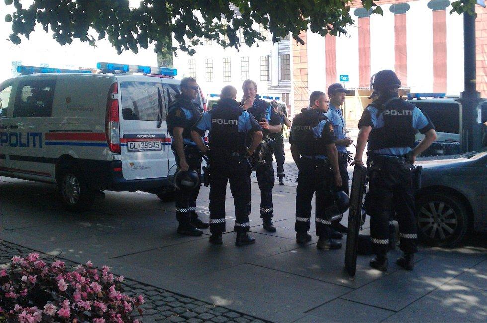 Det var mye politi i Oslo sentrum tirsdag i forbindelse med funnet av en mistenkelig pakke under en bil ved den amerikanske ambassaden.