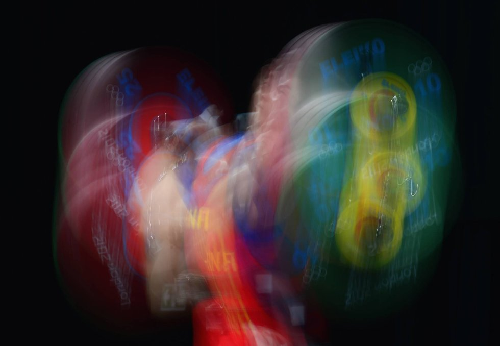 Tja, hva er dette for noe? Effektbilde av Qingfeng Lin som deltar i mennenes 69 kilosklasse i vektløfting. (Foto: Laurence Griffiths, Getty Images/All Over Press/ANB)
