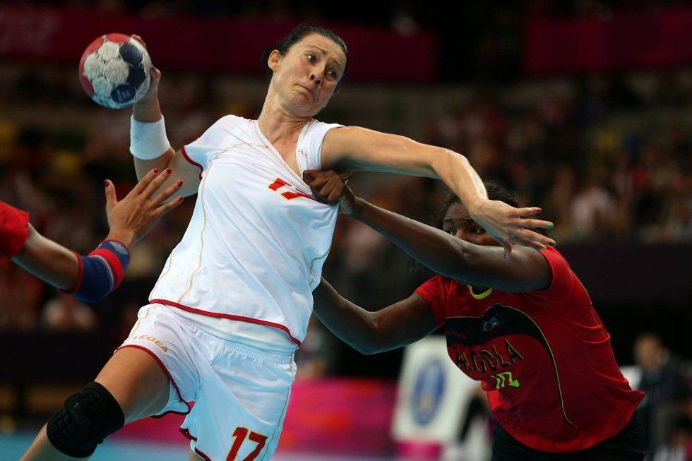 En angolsk spiller prøver å kle av Bojana Popovic fra Montenegro. (Foto: Jeff J. Mitchell, Getty Images/All Over Press/ANB)