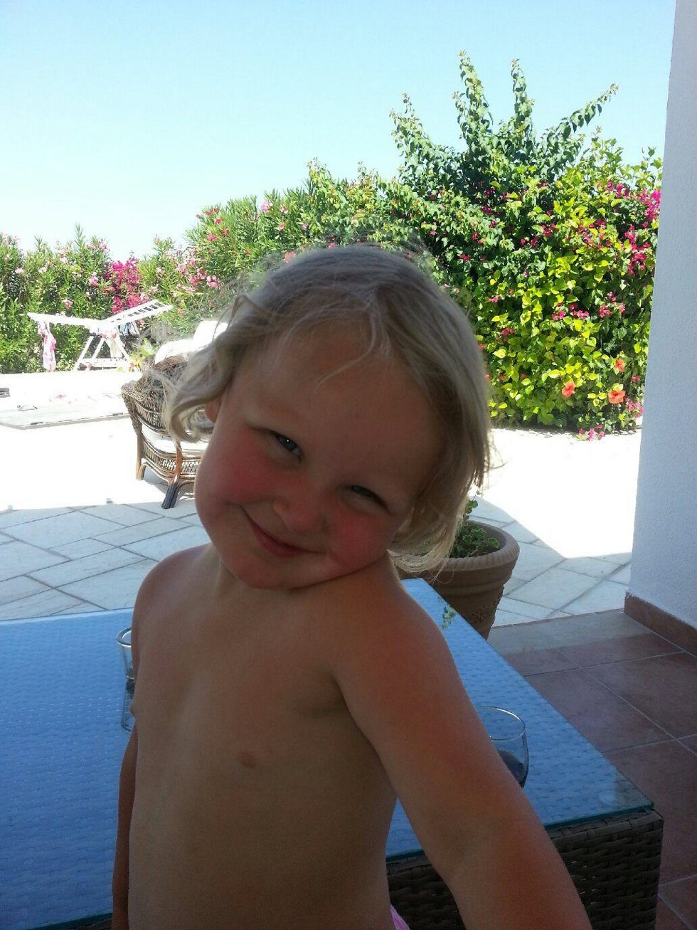 Hilsen fra sol og varme. Lilli Marie fra Maura sender sommerklemmer fra Kypros til mormor og bestefar på Kløfta. Savner dere. Foto: Linda Sudland (Foto: )
