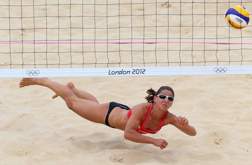 Annie Martin fra Canada stuper i sanden. (Foto: Ryan Pierse, Getty Images/All Over Press/ANB)