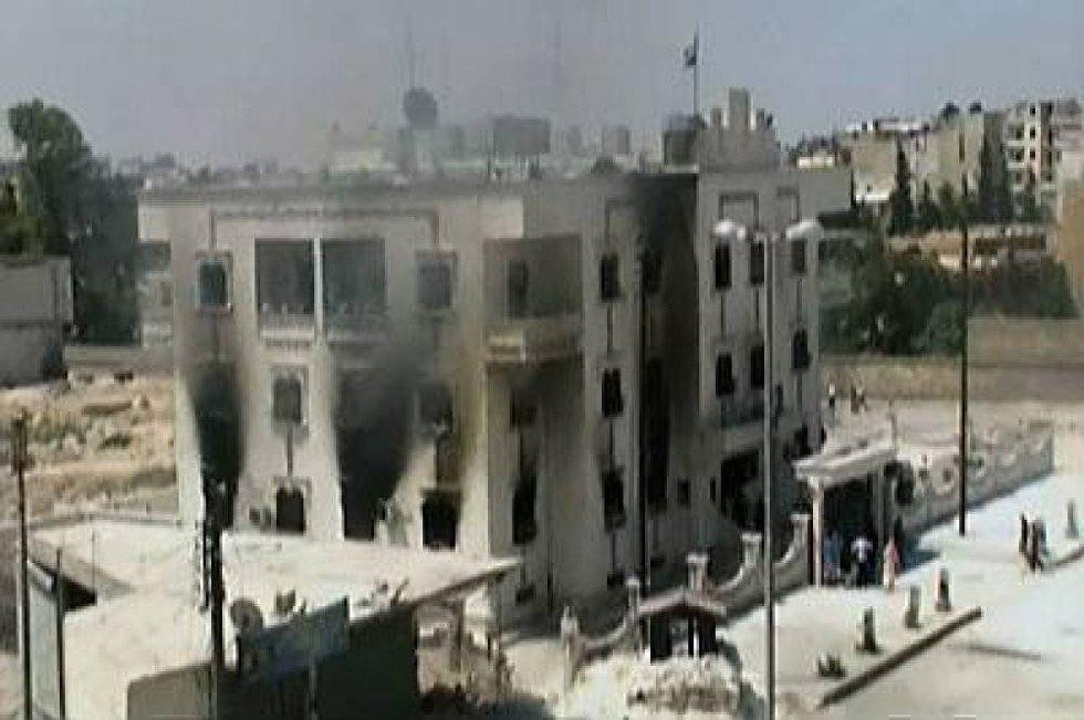 I forbindelse med de voldsomme kampene i Aleppo har opprørerne klart å kapre flere stridsvogner, opplyser journalister i byen. I tillegg har soldater hoppet av fra hæren og tatt med seg pansrede kjøretøyer over til opprørerne.