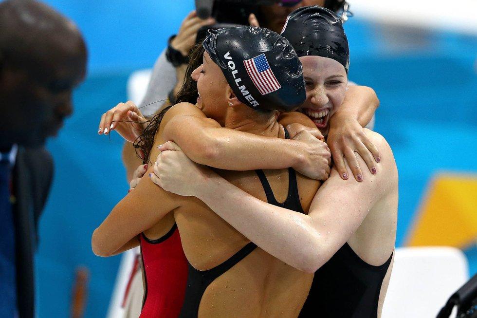 De amerikanske jentene feirer OL-gullet i bassenget.