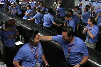 NASA-ansatte slipper jubelen løs i det Curiosity lander på mars.