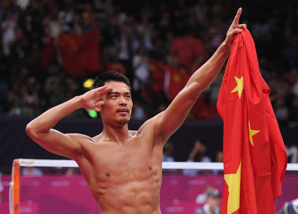 Dette bildet går garantert hjem i Kina. Lin Dan feirer en olympisk tittel i badminton på denne måten. (Foto: Michael Regan, Getty Images/All Over Press/ANB)