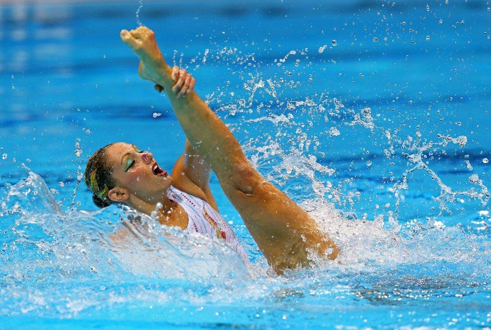 Det kan vel ikke være hennes fot? Nei, det er det heller ikke. Eloise Amberger deltar i synkronsvømming sammen med Sarah Bombell, begge Australia. (Foto: Clive Rose, Getty Images/All Over Press/ANB)