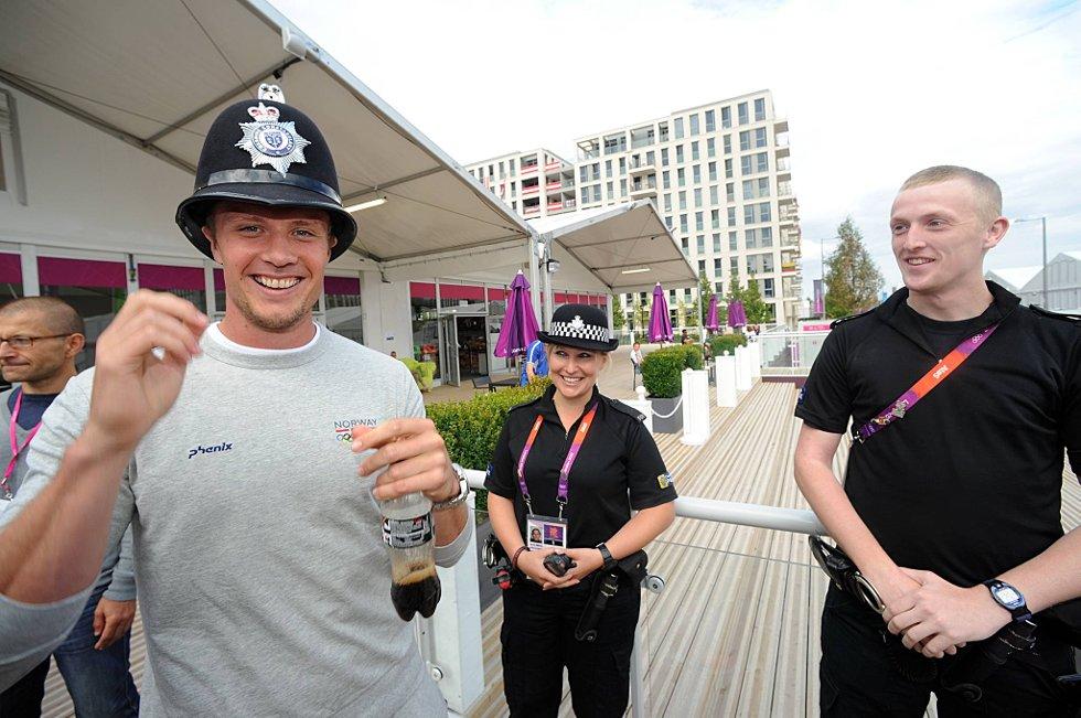 Andreas Thorkildsen med engelsk politihatt som han fikk låne av konsatbel Matthew Ambrose , og konstabel Sahra Bridge i bakgrunnen kunne nok tenkt seg den staute spydkasteren som kollega. (Foto: Vidar Ruud, ANB)