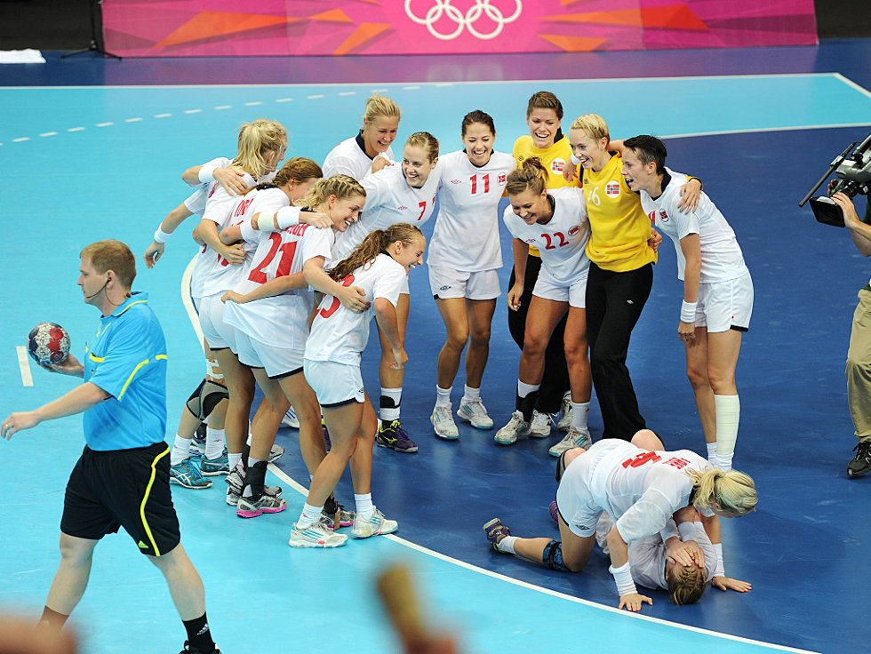 Karoline Dyhhre Breivang og Heidi Løke i litt utakt med resten av laget etter seieren mot Danmark.  (Foto: Vidar Ruud, ANB)