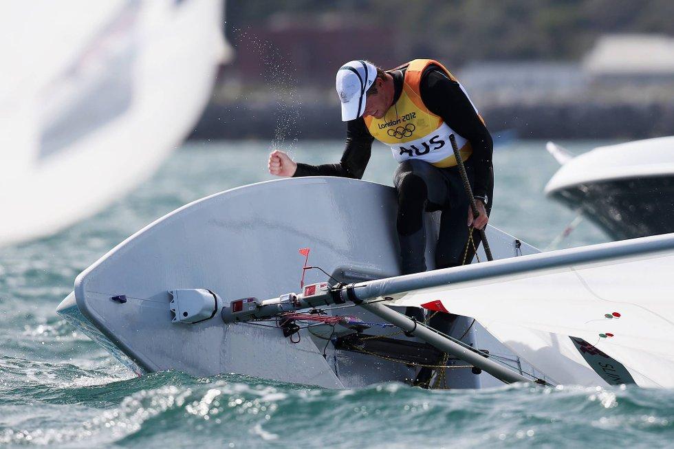 Tabbet seg ut? Nei, britiske Tom Slingsby feirer faktisk gullet på denne måten. (Foto: Clive Mason, Getty Images/All Over Press/ANB)