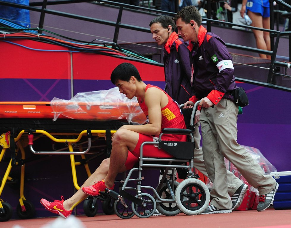 Liu Xiang forlot stadion i rullestol.  (Foto: Stu Forster, Getty/All Over/ANB)
