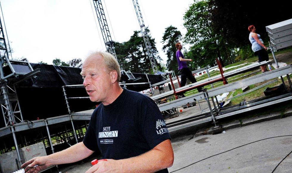 ØNSKER FLERE: Jon Karlsen skulle ønske det ble lagt til rette for mer bruk av store arrangement i Kulåsparken og foreslår å erstatte dagens scene med en ny støpt platting.