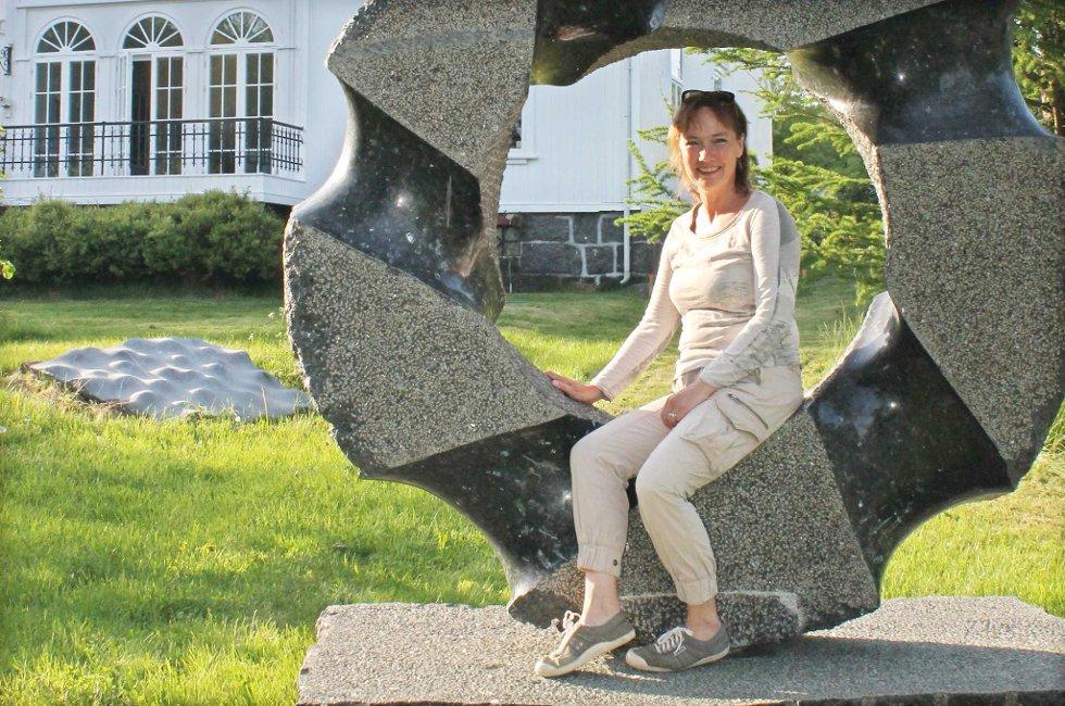 Dorthe Endresen utenfor Gamle Ormelet, skulpturen er ny av året i hagen utenfor.