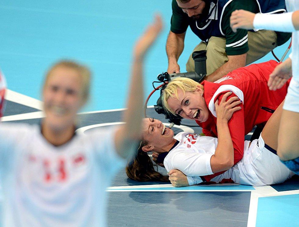 Marit Malm Frafjord, Camilla Herrem og Katrine Lunde Haraldsen var rimelig godt fornøyd etter å ha snudd kampen mot Brasil. (Foto: Vidar Ruud, ANB)