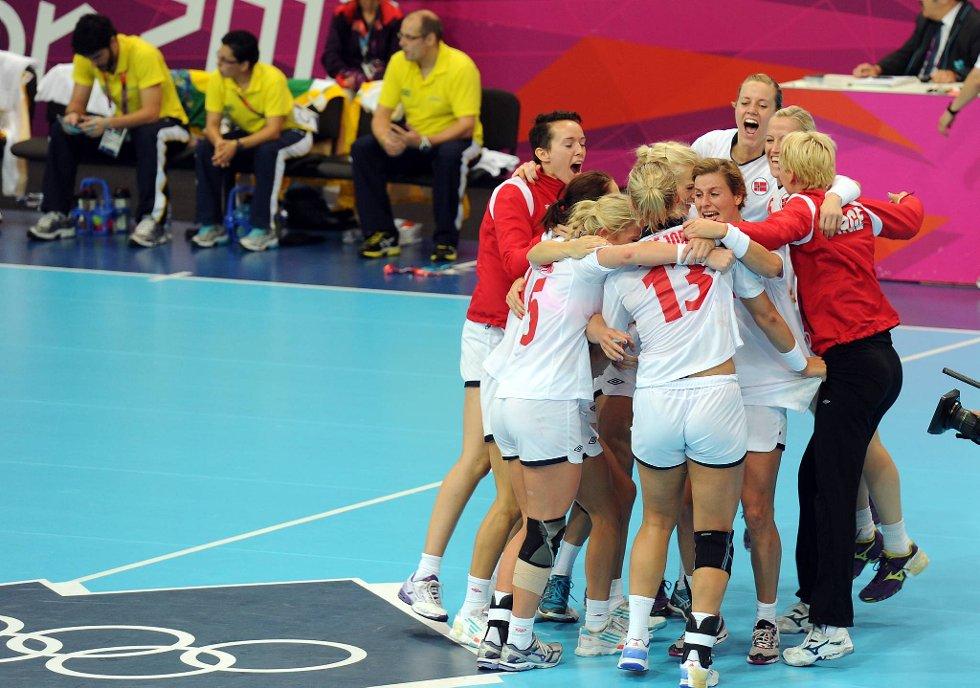 Så glade ble de norske jentene etter seieren mot Brasil.  (Foto: Vidar Ruud, ANB)