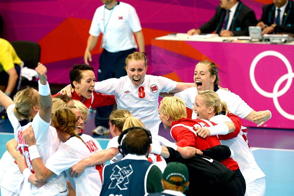 Karoline Dyhre Breivang og resten av jentene  jubler etter seieren over Brasil. (Foto: Vidar Ruud, ANB)
