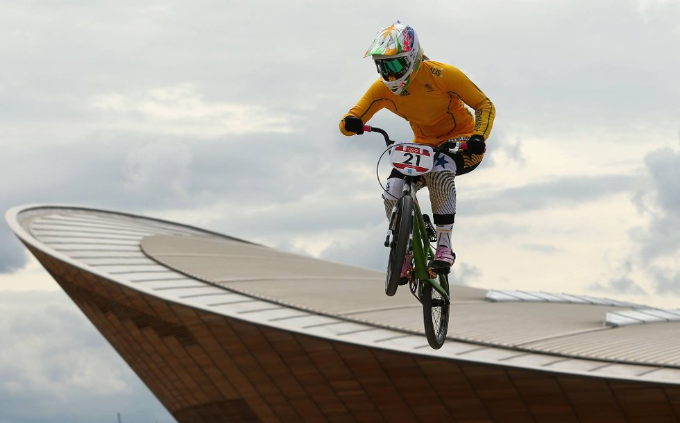 Men i alle dager, kan dette gå bra? Lauren Reynolds fra Australia tester ut BMX-løypa. (Foto: Phil Walter, Getty Images/All Over Press/ANB)