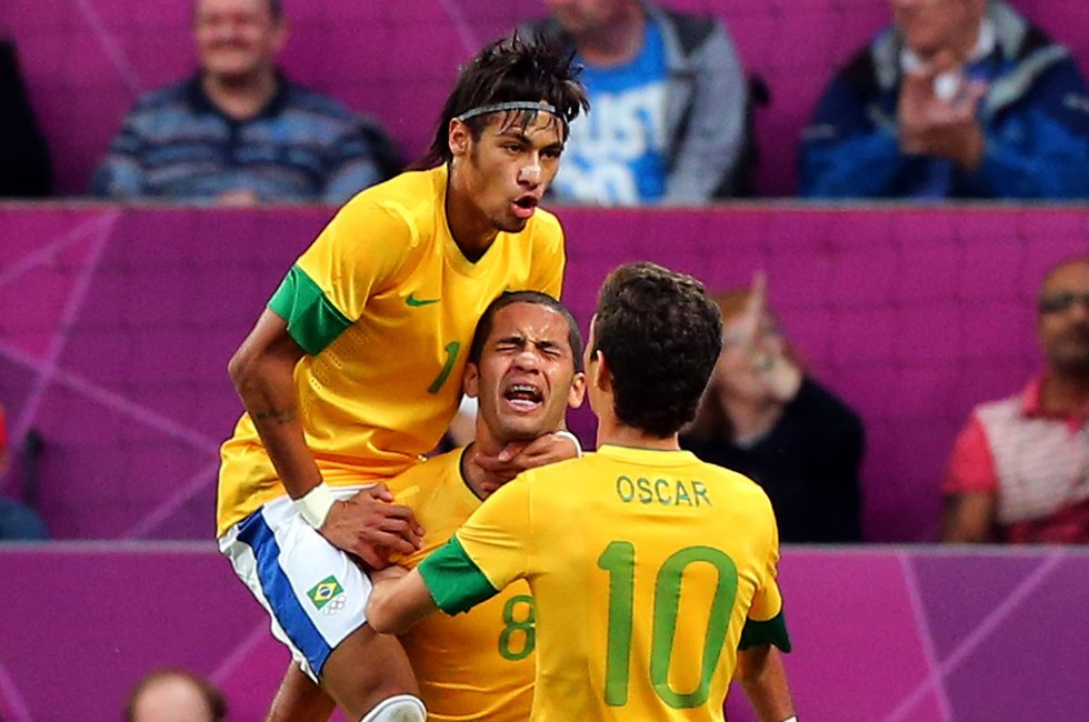 Nymar jubler på ryggen til Leandro Damião, og Chelsea-klare Oscar kommer jublende til.
