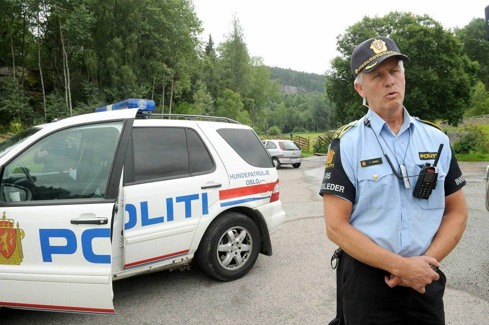 Innsatsleder Thor Langli søker etter  savnede Sigrid Schjetne (16) i Østmarka i Oslo mandag.