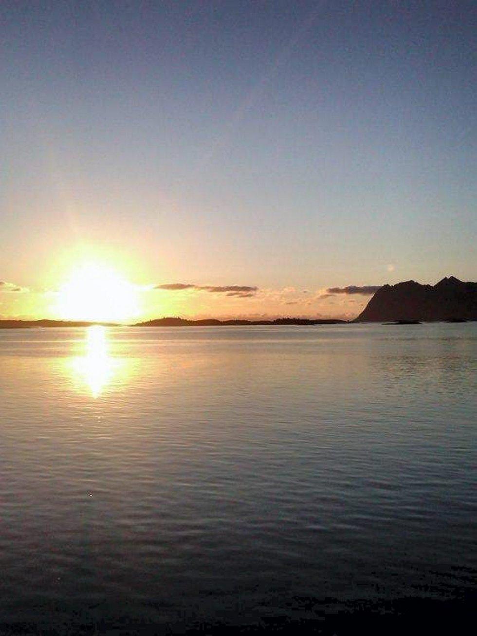 Hilser til alle kjente, fra vår reise i Nord Norge. Dette bildet er fra Senja en fin sommernatt. Hilsen fra familien Dahlen, Strømmen. Foto: Tor Erik Dahlen (Foto: )