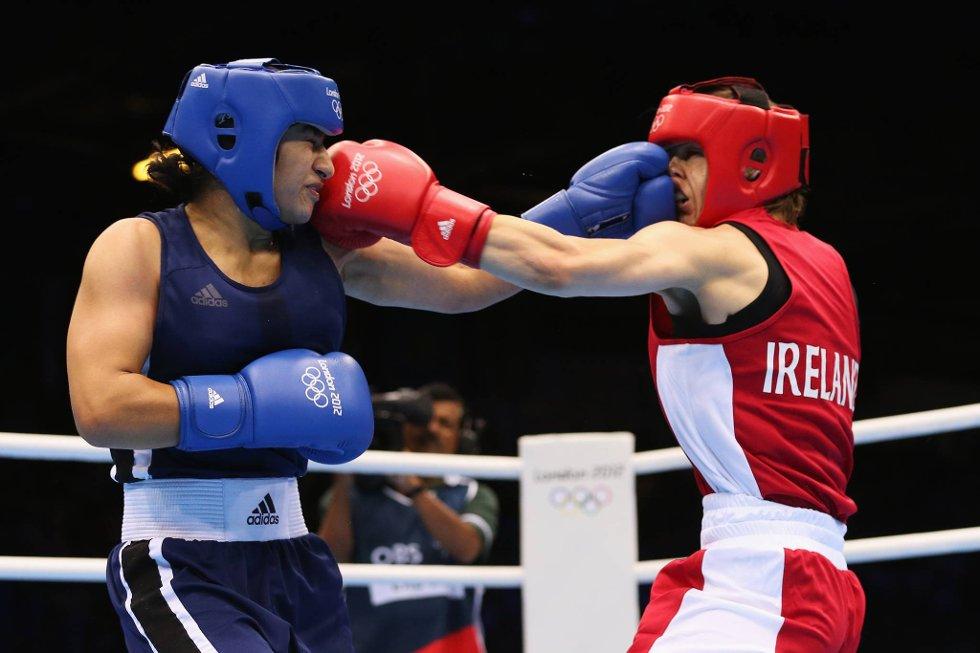 Minner dette om sluttsekvensen på en av Rocky-filmene? Både irske Katie Taylor og Mavzuna Chorieva fra Tadsjikistan får seg en kilevink hver. (Foto: Scott Heavey, Getty Images/All Over Press/ANB)