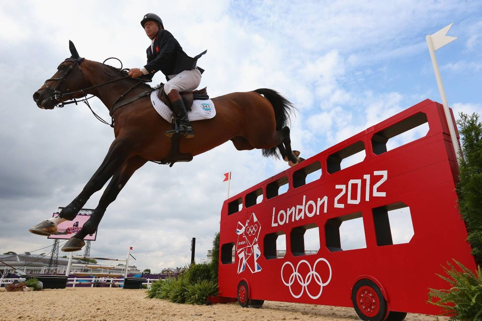 Britiske Nick Skelton hopper over en London-buss. (Foto: Alex Livesey, Getty Images/All Over Press/ANB)