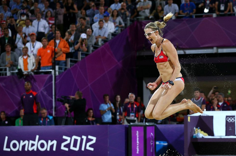 Så glad blir man når man tar OL-gull i sandvolleyball. Kerri Walsh Jennings flyr til himmels etter USAs finaleseier. (Foto: Cameron Spencer, Getty Images/All Over Press/ANB)