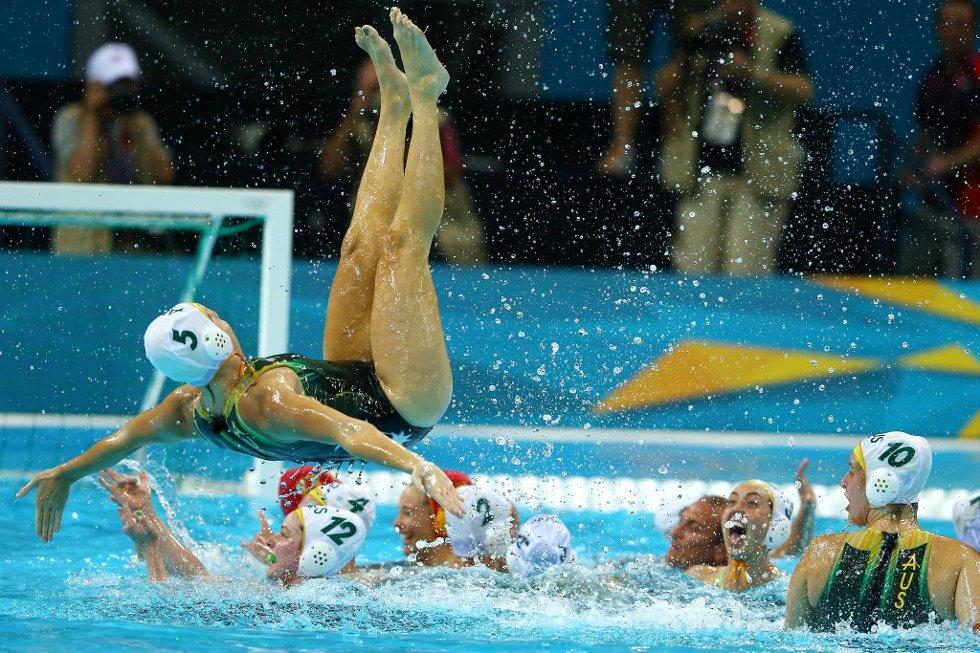 Hva holder du på med her da? Jane Moran fra Australia feirer brosenmedalje i vannpolo. (Foto: Al Bello, Getty Images/All Over Press/ANB)